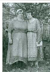 Perla Nowak and sister