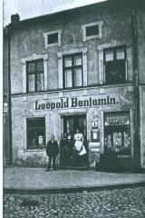 Photo in front of Leopold Benjamin Shop