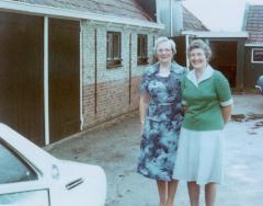 Photo Two Ladies & House (Blumenstein)